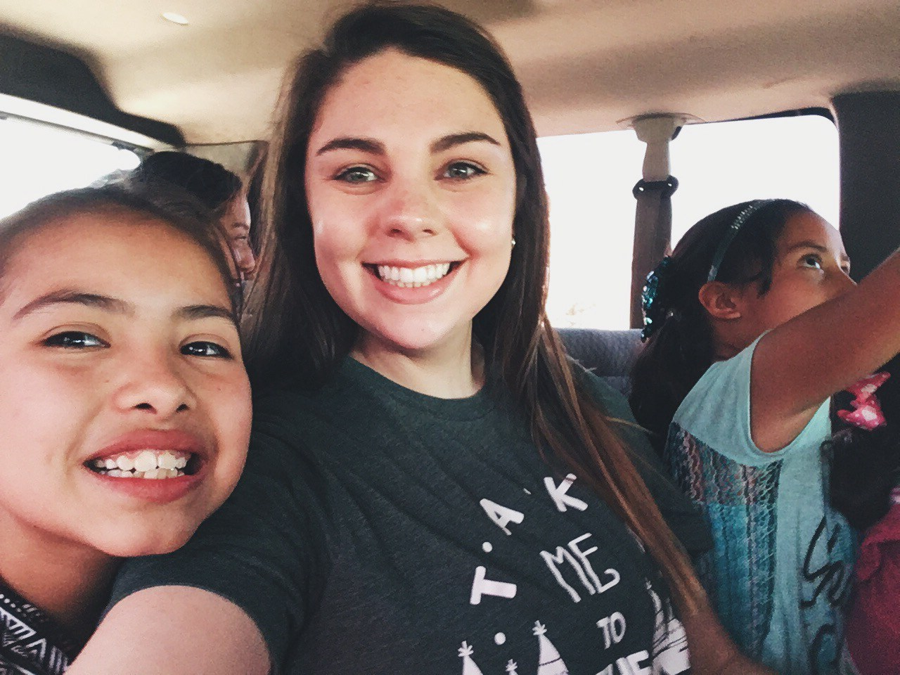 Emilee's selfie with children from Casa Hogar Getsemani